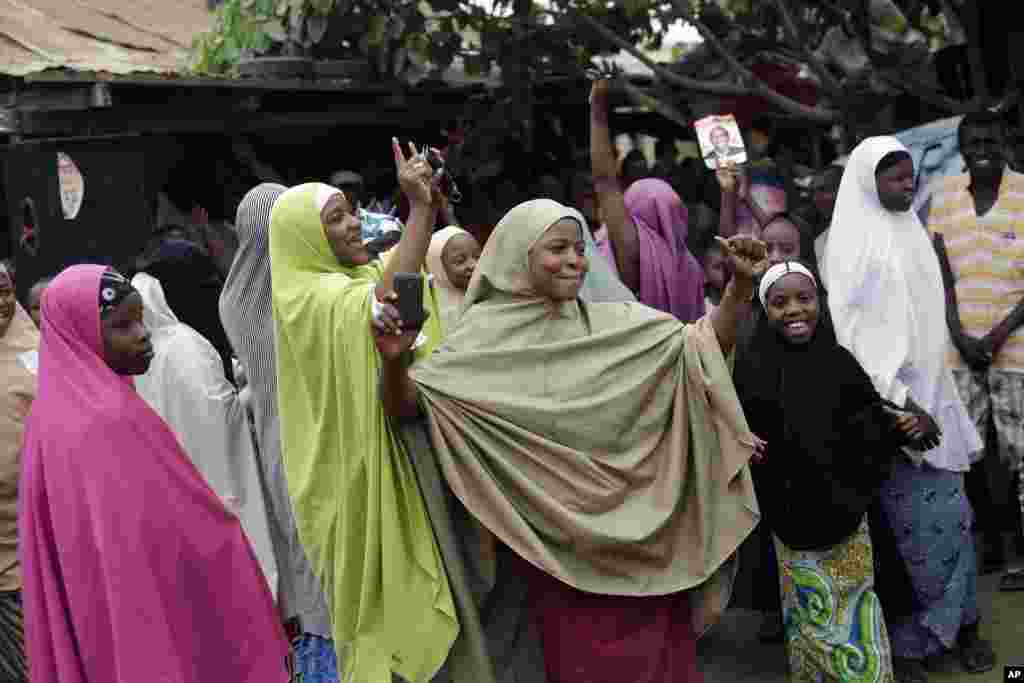 Nigerians celebrate the win of democratically elected president Muhammadu Buhari in Kaduna, April 1, 2015.