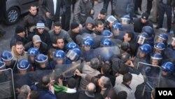 Ratusan demonstran yang menuntut perubahan politik di Aljazair bentrok dengan polisi di Algiers, Aljazair.