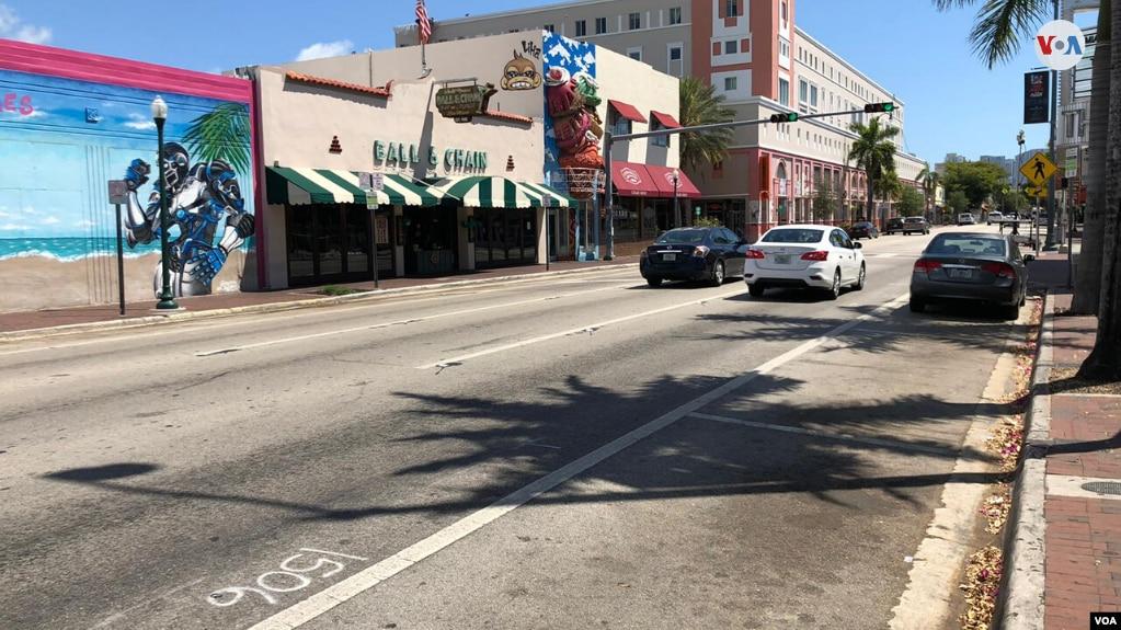 La Calle Ocho, uno de los símbolos turísticos de Miami, permanece casi desierta luego de que comenzara a disminuir la afluencia de turistas a la ciudad. Solo unos cinco restaurantes continúan abiertos en esa zona, pero solo para entregas a domicilio. (Foto: Antoni Belchi)