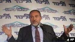 Menteri Luar Negeri Israel Avigdor Lieberman berbicara dalam salah satu acara partai di Tel Aviv, Israel. (AP/Dan Balilty)
