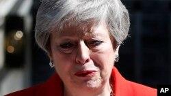 برطانوی وزیراعظم ٹین ڈاؤننگ سڑیٹ کے باہر اپنے استعفے کا اعلان کر رہی ہیں۔ 24 مئی 2019