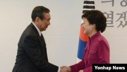 14일 한국 서울에서 고노 요헤이 전 일본 관방장관(왼쪽)을 접견하는 박근혜 한국 대통령 당선인.