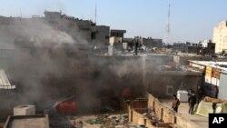 Warga sipil memeriksa lokasi serangan bom mobil di pusat perbelanjaan di Lapangan Khilani di Baghdad tengah, 5 Februari 2014.