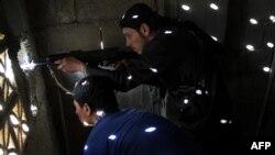 Militan Suriah mengambil posisi di Deir Ezzor (foto: dok).