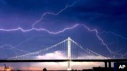 Une foudre traverse le pont San Francisco-Oakland Bay alors qu'une tempête passe au-dessus d'Oakland, en Californie, le dimanche 16 août 2020. (Photo AP / Noah Berger)