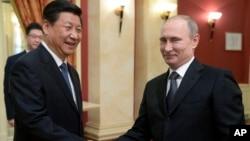 習近平主席和普京總統2月7日在索契握手