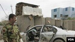 Polisi Irak memeriksa lokasi serangan bom mobil di Baquba, 3 Maret 2010.