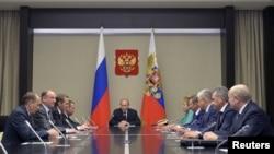 29일 러시아 모스크바에서 블라디미르 푸틴 러시아 대통령(가운데)이 국가안보국 각료들과 회의를 하고 있다.