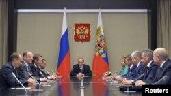 Tổng thống Nga Vladimir Putin chủ trì cuộc họp tại Novo-Ogaryovo, ngoại ô Moscow, ngày 29/9/2015.