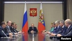 2015年9月29日俄罗斯总统普京(中)在莫斯科郊外奥加廖沃官邸主持安全会议