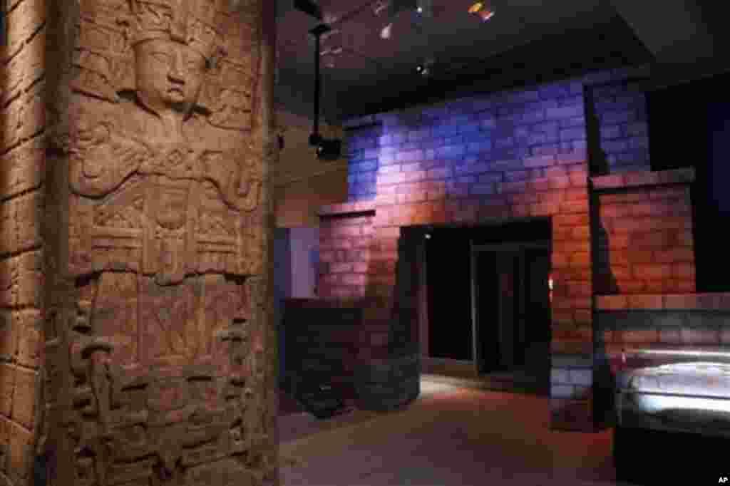 """La exposición """"Maya 2012: los caballeros del tiempo"""" se inaugura como parte de las celebraciones del cinco de mayo en el Museo de Arqueología y Antropología, en Filadelfia."""