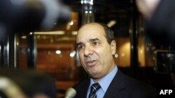Phó Ðại sứ Libya tại Liên Hiệp Quốc Ibrahim Dabbashi kêu gọi các nguyên thủ quốc gia Châu Phi bảo đảm võ khí không được đưa đến Libya và không có binh sĩ nào đi chiến đấu cho ông Gadhafi