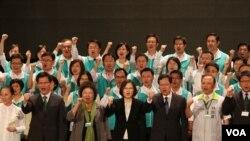 蔡英文和县市长,立委参选人 (美国之音杨明拍摄)