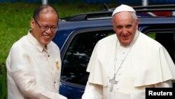 在菲律宾首都马尼拉的马拉坎南宫,教宗方济各受到菲律宾总统阿基诺的欢迎。