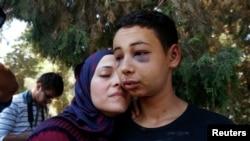 Tariq Khdeir và mẹ sau khi được thả ra khỏi nhà tù ở Jerusalem. Thiếu niên Mỹ Tariq Abu Khudair đi thăm gia đình ở Đông Jerusalem khi bị bắt hôm thứ 5 trong những vụ đụng độ với cảnh sát Israel.