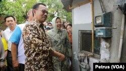 Menteri ESDM Sudirman Said bersama Walikota Surabaya Tri Rismaharini memeriksa jaringan gas bumi yang dialirkan ke rumah warga di Kampung Lontong, Surabaya (Foto: VOA/Petrus)