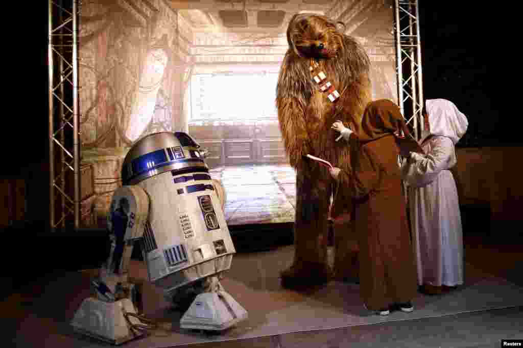 តួអង្គនៅក្នុងភាពយន្ត Star Wars ចូលរួមនៅក្នុងកម្មវិធីមួយ ដែលត្រូវបានធ្វើឡើងសម្រាប់ការចាក់បញ្ចាំងភាពយន្ត «Star Wars: The Force Awakens» នៅ Disneyland Paris នៅក្រុង Marne-la-Vallee ប្រទេសបារាំងនាថ្ងៃទី១៦ ខែធ្នូ ឆ្នាំ២០១៥។
