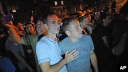 同性恋者周五晚在纽约市曼哈顿庆祝纽约州通过同性婚姻法案