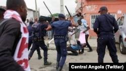 Polícias bate em manifestantes em Luanda, quando estes participavam numa manifestação contra o desemprego