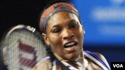 Petenis Amerika, Serena Williams mengalahkan Tamira Paszek dari Austria dalam pertandingan pembukaan Australia Terbuka di Melbourne (17/1).