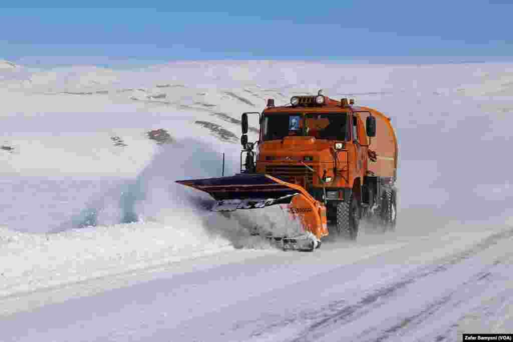 مسیر شاهراه کابل-بامیان نیز روز شنبه ۱۵ جدی پوشیده از برف شده بود