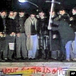 民众20年前挥镐砸向柏林墙