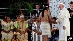资料照片:教宗方济各在秘鲁马尔多纳多港问候原住民代表。(2018年1月19日)
