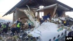 Nhân viên cứu hộ và an ninh tại địa điểm xảy ra tai nạn ở Almaty, Kazakhstan. Ảnh chụp ngày 27/12/2019 do Ủy ban Ứng phó Khẩn Cấp Kazakhstan cung cấp