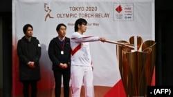 Một vận động viên thực hành thắp đuốc Olympic cho Thế vận hội Tokyo 2020 (15/2/2020). (Ảnh CHARLY TRIBALLEAU / AFP)