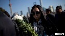 發生事故的陳毅廣場上民眾獻上花束。