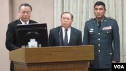台灣國防部長嚴明(左一)於3月6號在立法院接受質詢(美國之音 張永泰拍攝)