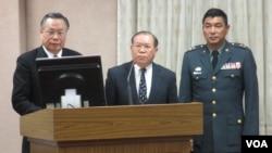 台湾国防部长严明(左一)于3月6号在立法院接受质询(美国之音 张永泰拍摄)