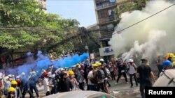ینگون میں مظاہرین کے خلاف بڑے پیمانے پر آنسو گیس کا استعمال۔ 3 مارچ 2021