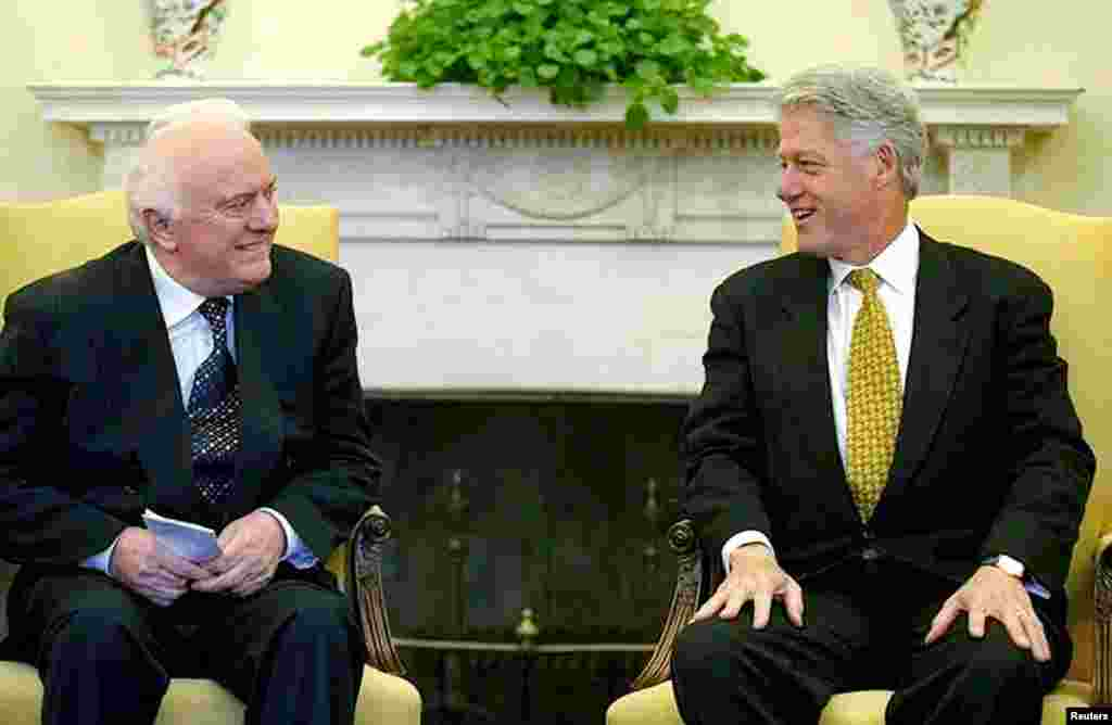 U.S. President Bill Clinton meets with Georgian President Eduard Shevardnadze in the Oval Office at the White House, Sept. 23, 1999.