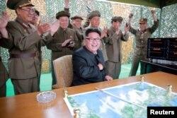 북한 김정은 노동당 위원장이 '중장거리 전략탄도로케트 화성-10'(무수단 미사일)의 시험발사를 지켜보며 기뻐하는 모습을 관영 조선중앙통신이 공개했다.
