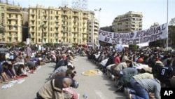 시위에 앞서 금요기도를 올리는 이집트인들