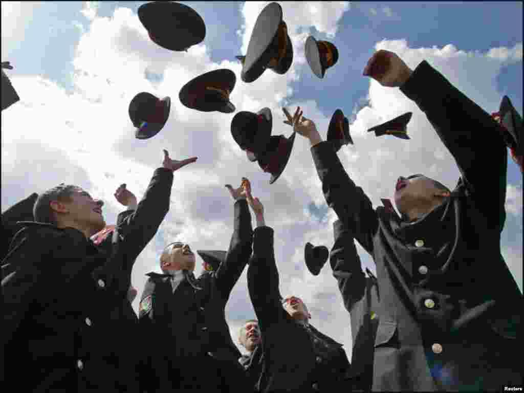 یوکرائن: ملٹری اسکول کے طلبا ڈگری ملنے پر خوشی سے اپنی ٹوپیاں اچھال رہے ہیں۔