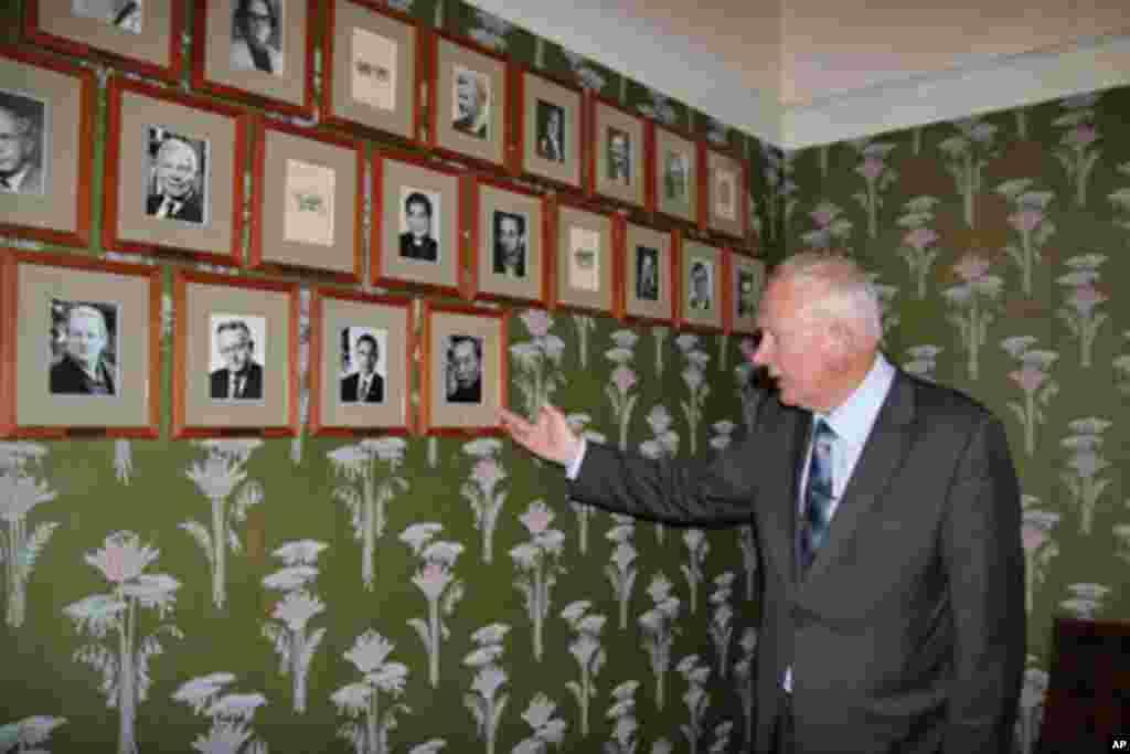 诺贝尔研究所所长伦德斯塔指着会议室墙上新增的刘晓波照片