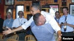 Obama Florida'da kendisini destekleyen bir seçmen tarafından böyle kucaklandı