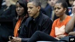 Korsanlar, Başkan Obama'nın Blackberry telefonundaki gizlilik derecesine sahip e-posta mesajlarının korunduğu özel sunuculara girmeyi başaramadı. Obama Blackberry telefonunu ya kendisi taşıyor, ya da yardımcısına taşıtıyor.