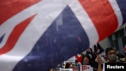 在英國駐香港總領館前,反送中運動示威者手舉英國國旗和標語牌聚會。 (2019年9月15日)