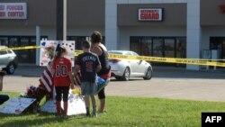 2015年7月16日,田納西州查塔努加市兩處軍事設施槍擊事件後,包括兒童在內的民眾在臨時紀念地獻花