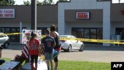2015年7月16日,田纳西州查塔努加市两处军事设施枪击事件后,包括儿童在内的民众在临时纪念地献花