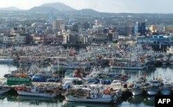 Kapal nelayan berlabuh di pelabuhan di selatan pulau Jeju, 25 Agustus 2020, saat Topan Bavi bergerak menuju kawasan Korea Selatan.