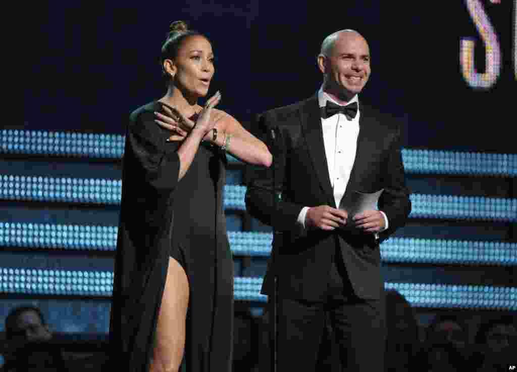 Jennifer López y Pitbull presentan al ganador de mejor solista pop.
