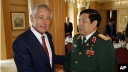 美國國防部長哈格爾在汶萊舉行的東盟會議上與越南國防部長馮光青會面。
