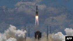Tư liệu: Tên lửa đẩy Trường Chinh 5 Y-4 mang theo tàu vũ trụ Thiên Vấn 1 rời bệ phóng ở khu vực ven biển đảo Hải Nam, Trung Quốc, ngày 23-7-2020 - Ảnh: AFP.