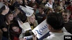 Mantan Gubernur Massachusetts Mitt Romney (kanan) menyalami pendukungnya di Clive, Iowa (2/1). Romney diperkirakan unggul dalam kaukus pertama di Iowa hari Selasa.