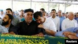 Para anggota keluarga dan kerabat berduka cita atas korban tewas dalam pemboman pada pesta pernikahan di Gaziantep, Turki tenggara (22/8).