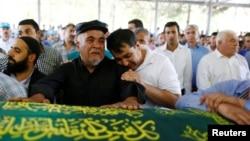 22일 터키 남동부 가지안테프에서 최근 예식장 자폭테러 희생자의 장례식이 열렀다.